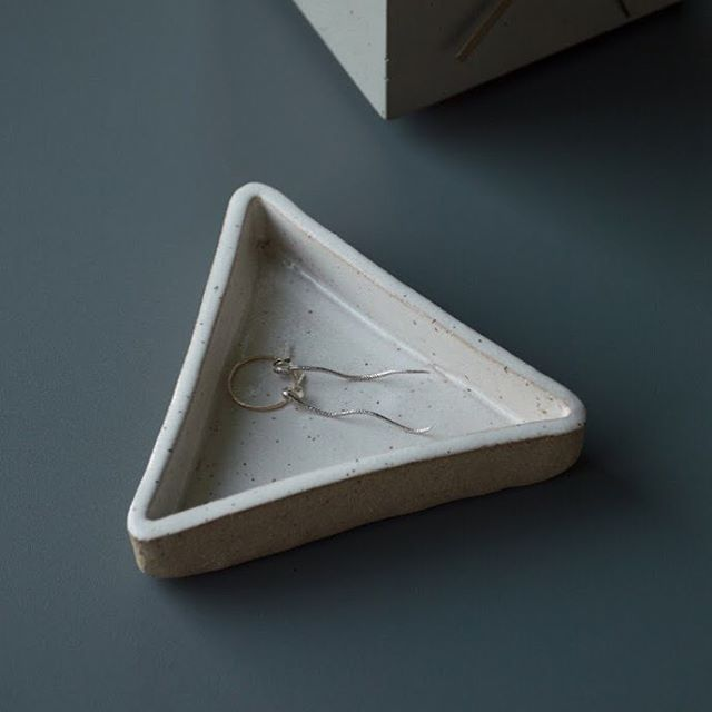 At markets people always ask us what our little triangle dishes are for and the answer is really, whatever you want! We like to use them for taking off our jewelry when we get home for the night or as a spot for our keys so they don't get misplaced 🔺