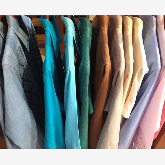 El #calor durante el día es igual de fuerte pero la #noche es más larga. #Veroño. En la foto tenemos una paleta de colores de #otoño pero la verdad es que cada uno de ellos lucirá perfecto todo el año. 🍂🍁🌾🌻 . . . #Autumn style color palette.  #EuropeanLinen #guayaberas #lino #linen  #AldrinAyuso #Aldrin  #mexico #moda #linenshirt #fortheloveoflinen #linenstyle #linen #lin #boda #design  @anteamx @centrosantafe  @centrocomercialplazaloreto