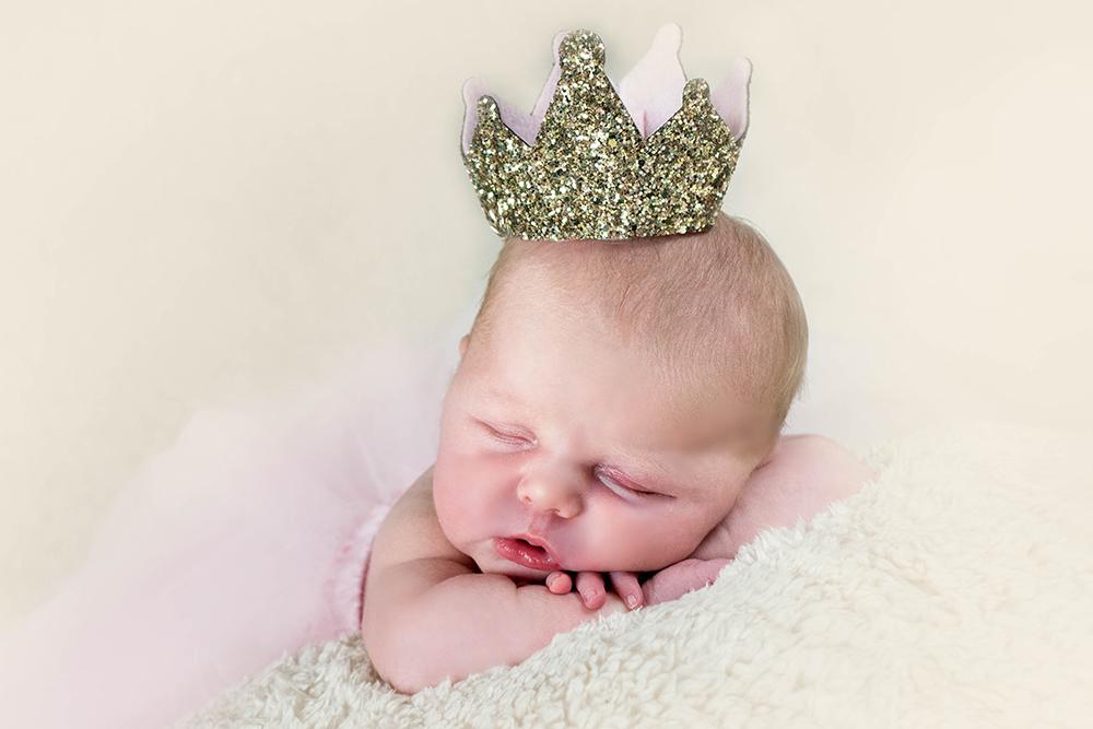 baby-wearing-crown-baby-photograher-studio-greenock