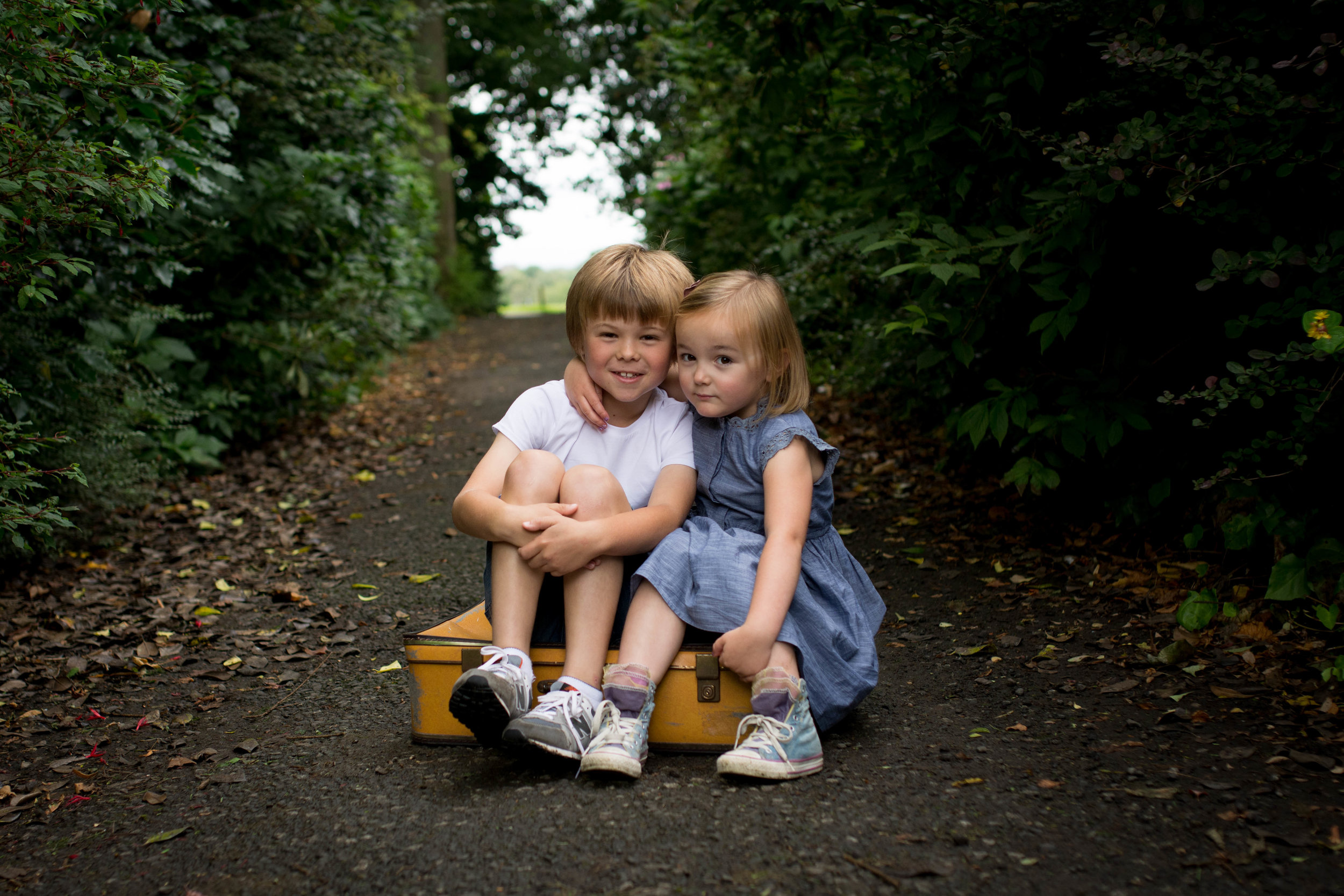 siblings cuddle photography barshaw park paisley renfrewshire