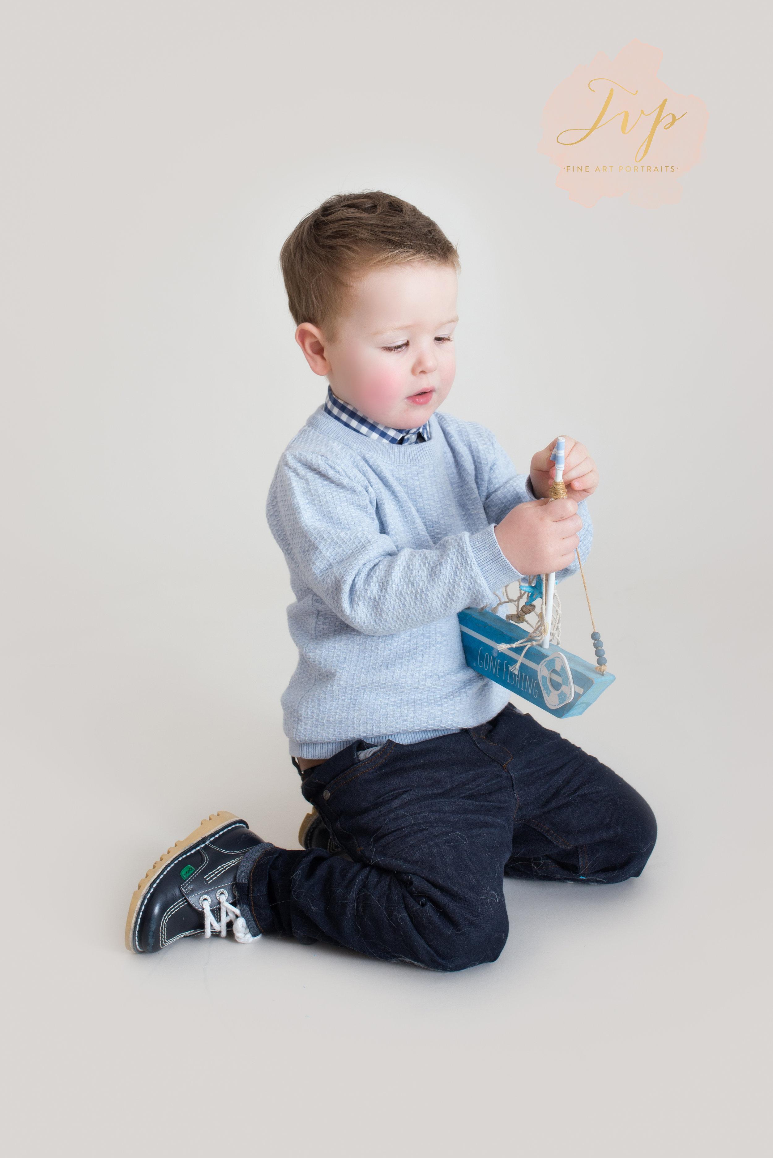 kneeling-boy-family-photographer-glasgow