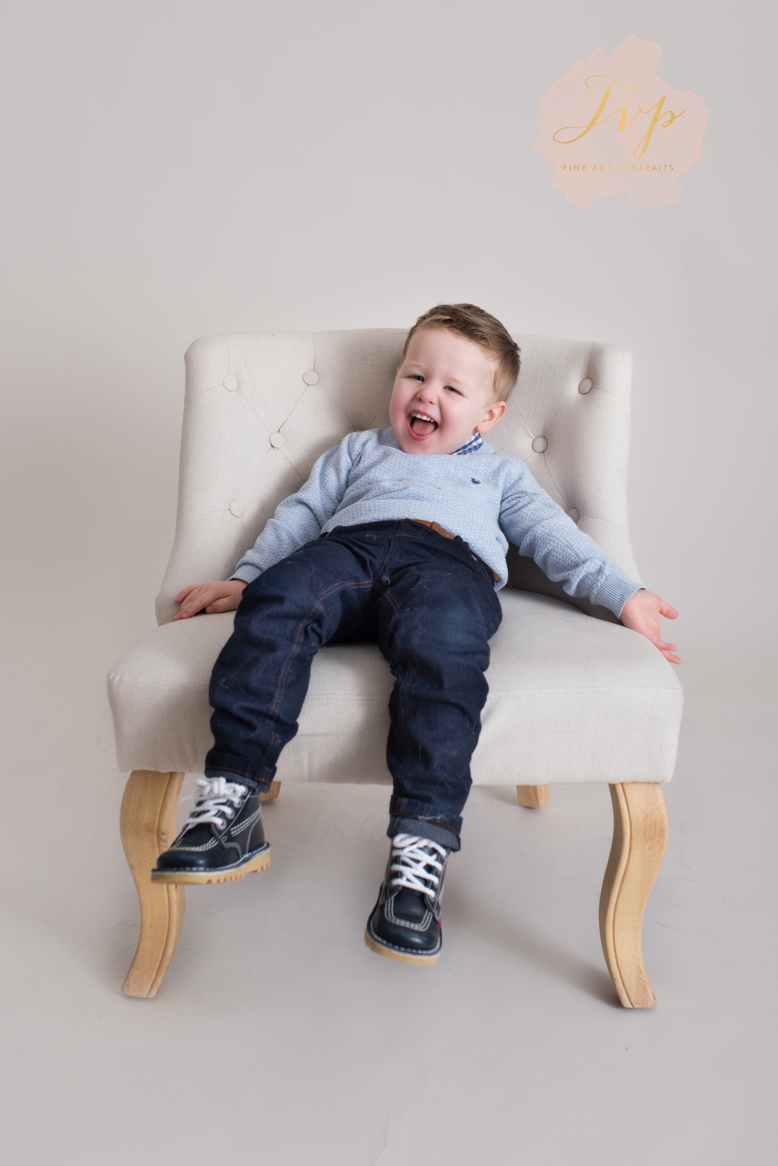 laughing-on-chair-family-photographer-glasgow