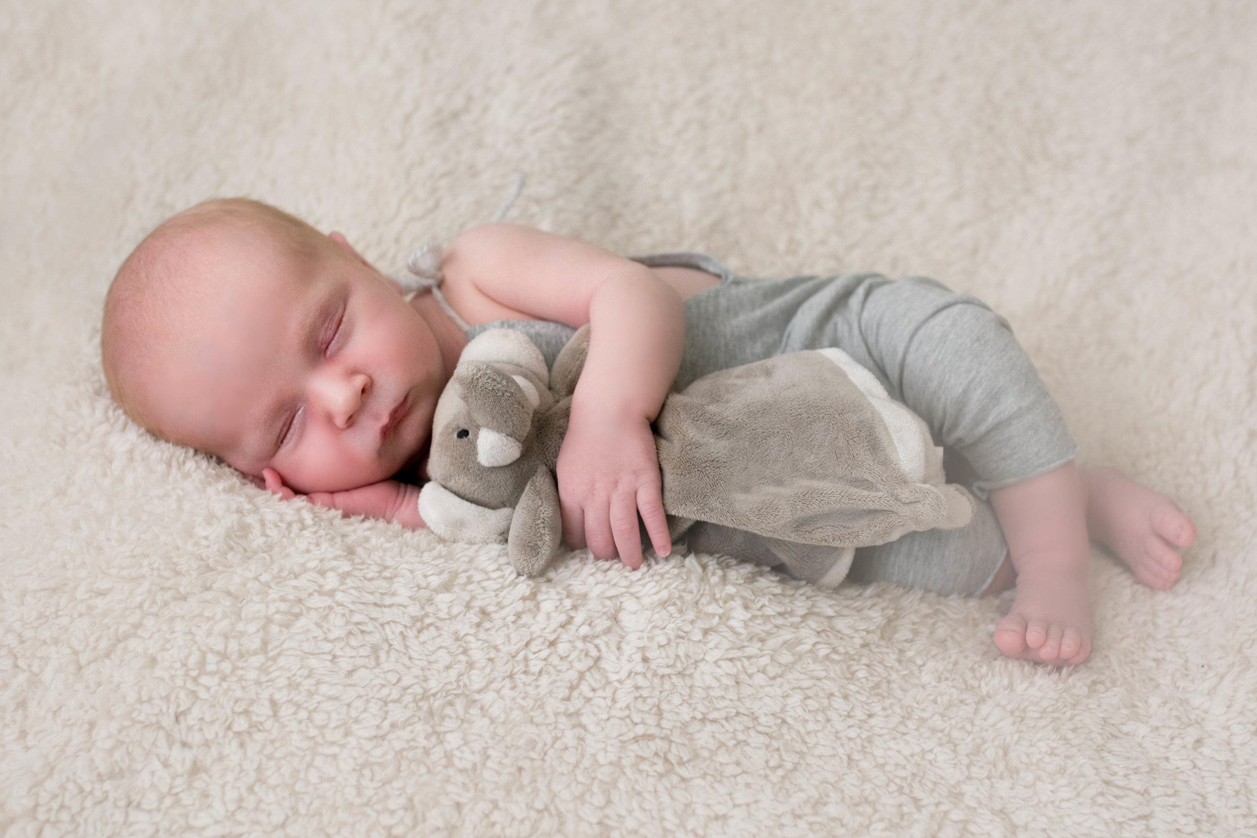 newborn-photographer-glasgow-cuddle