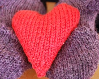 ©2015Lindsay-Obermeyer-knit-heart-pocket-warmer
