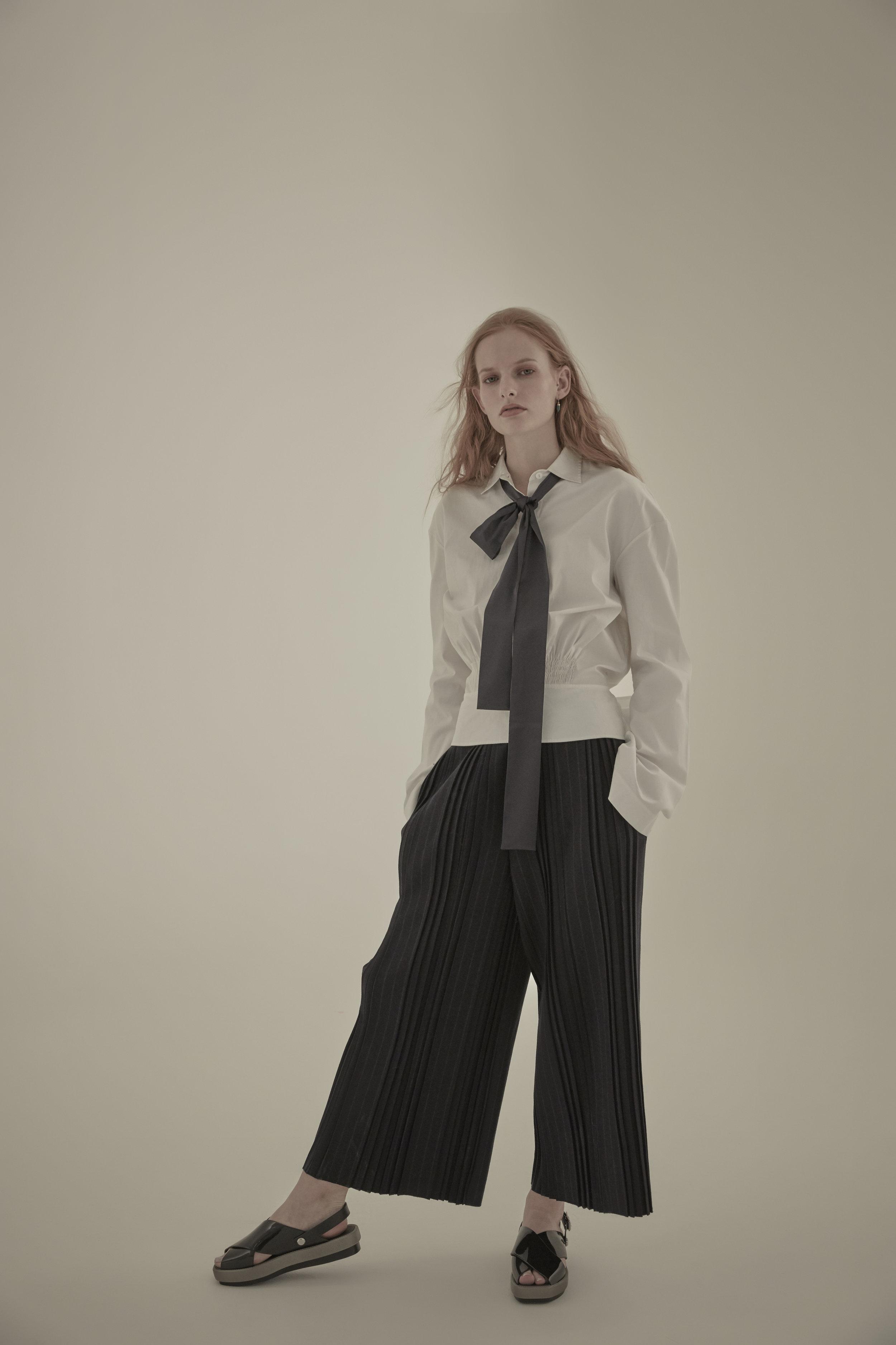 Shirt: TEIJA Trousers: PAUL&JOE SISTER Tie: JACOON Pierce: MIRABELLE Shoes: MELISSA
