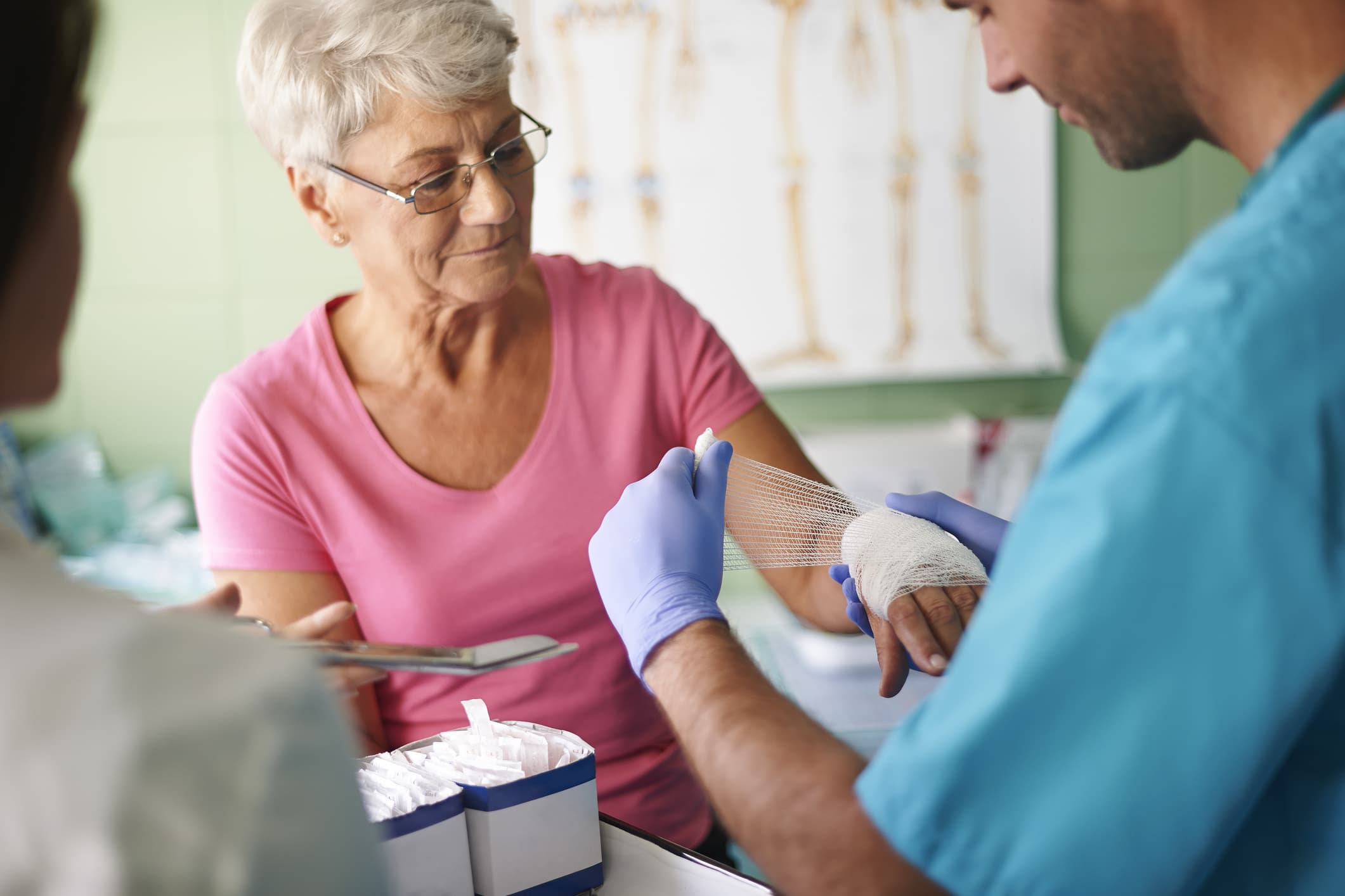 medical-assistant-helping-patient