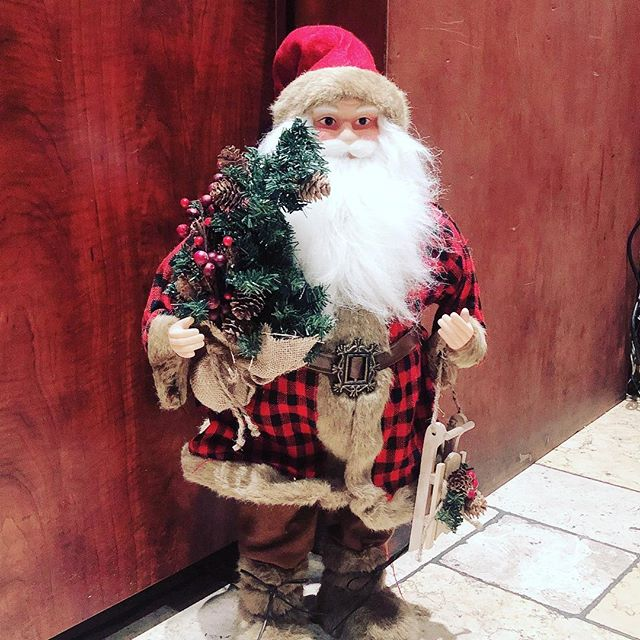 Santa at Patsy's 60th. Come grub with us during our happy hour everyday from 12pm-7pm 🍻🥂 #happyhour #santa #pizza