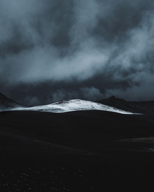 Natures contrast.  First signs of snow over a dark volcanic landscape. Disappearing just a few hours later, these temporary and unique moments in the highlands are always worth the chase.  #Iceland