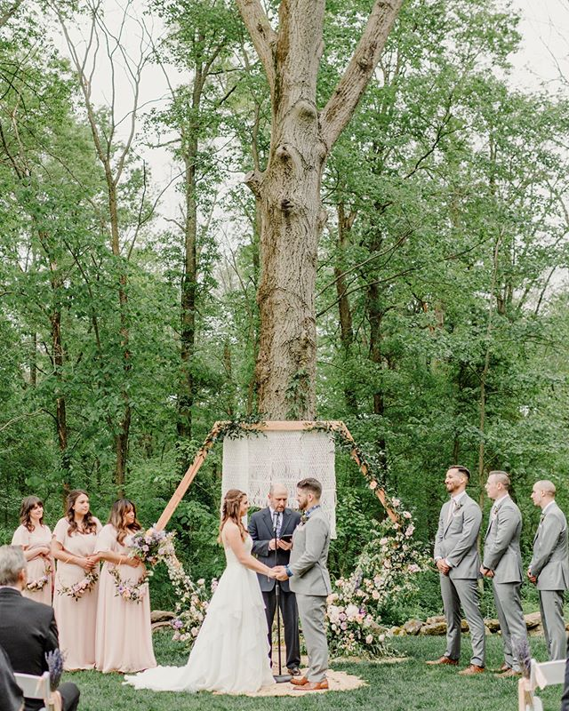 I was completely in love with this backdrop for this gorgeous ceremony at @brandywinemanorhouse