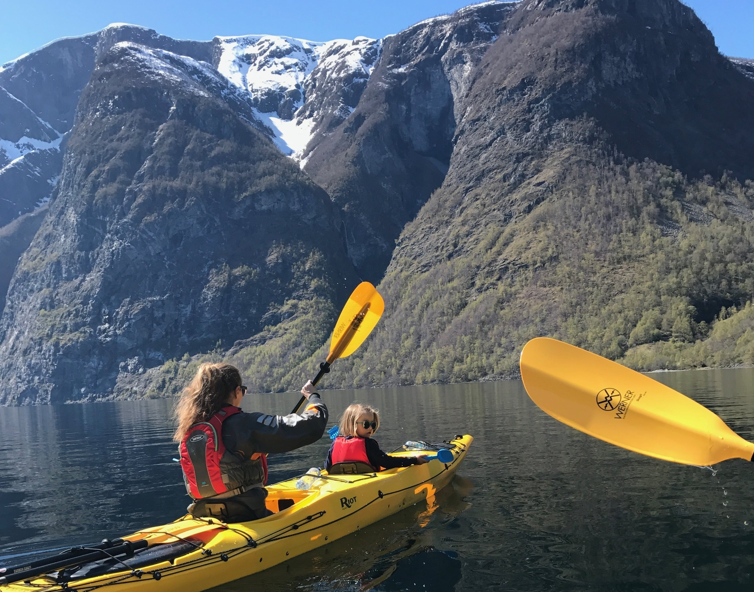 A  guided kajaking trip  in Årdal gives you spectacular views and a lot of fun. FOTO:  www.bulderogbrak.no