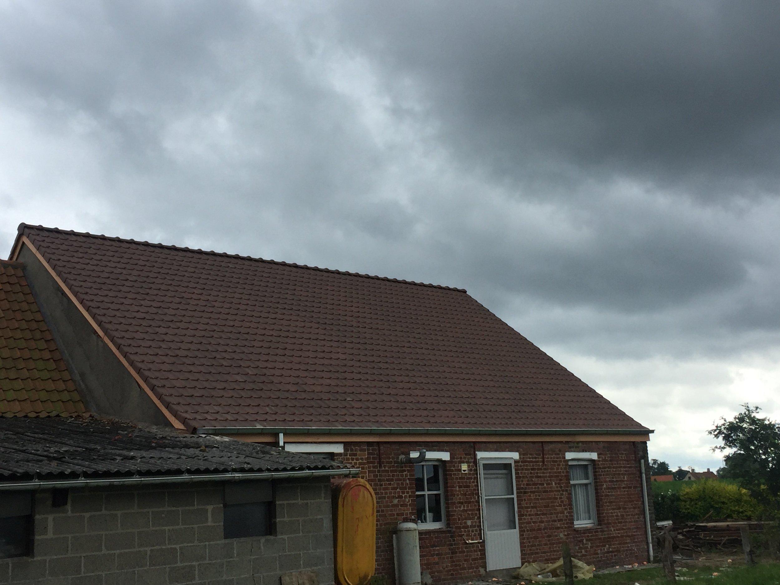 Gerenoveerd dak met houten rand Kortrijk.jpg