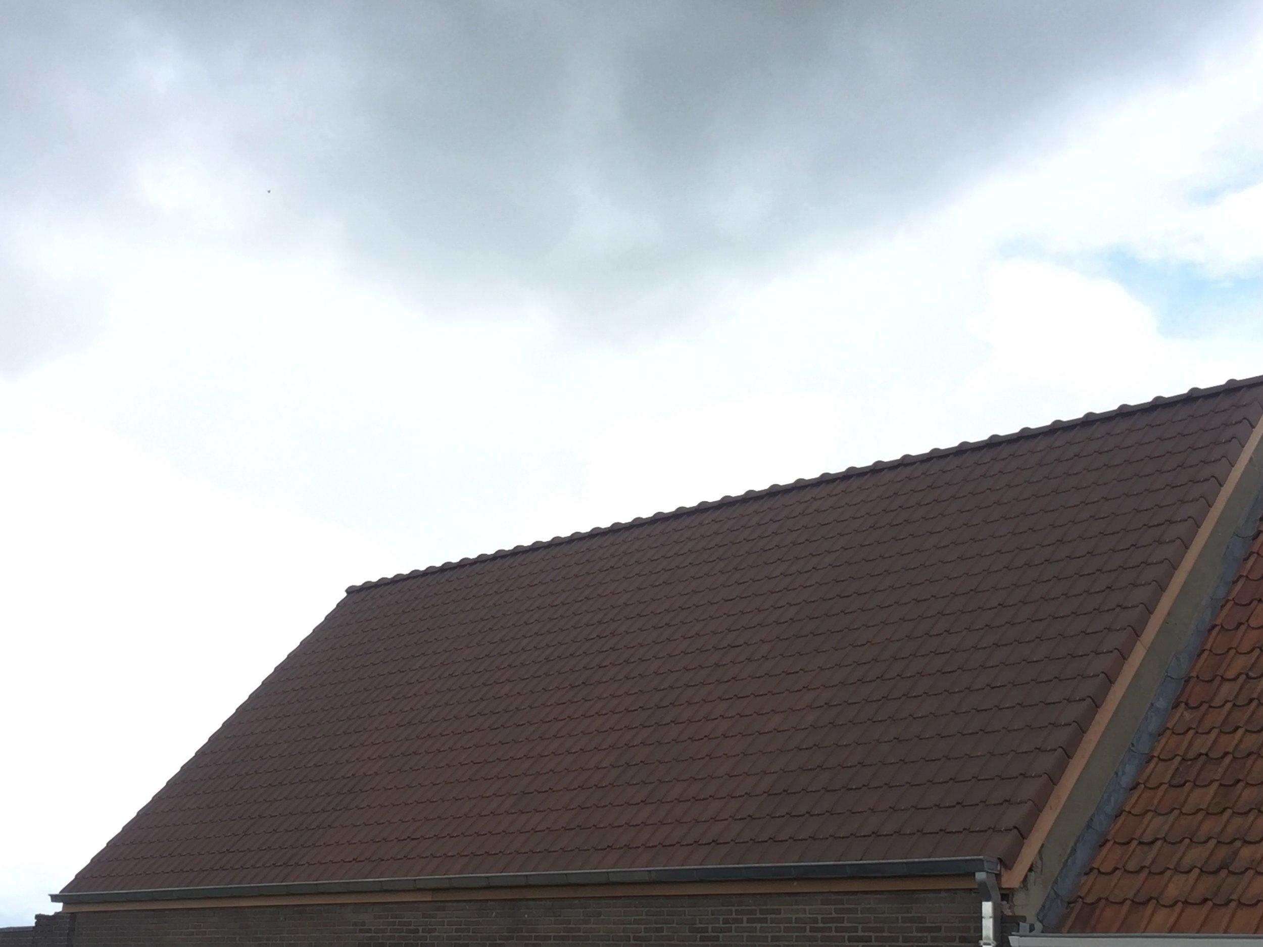Gerenoveerd dak met houten rand West-Vlaanderen.jpg