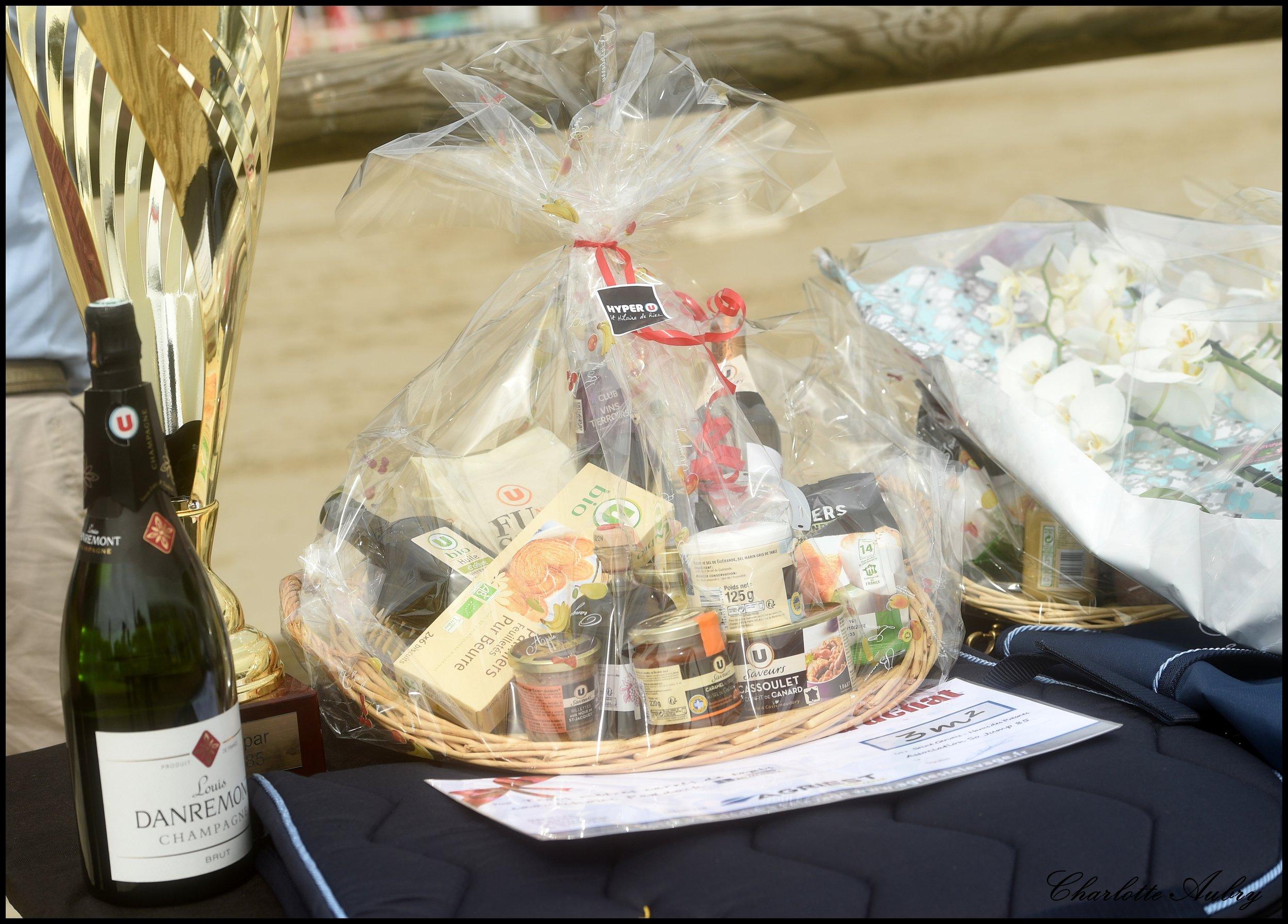 Des lauréats gâtés par nos généreux sponsors, ici Hyper U Saint-Hilaire de Riez, Agriest Elevage, François Tanguy et Bati 85.