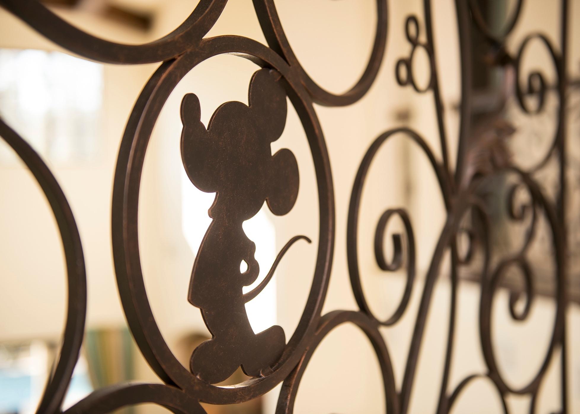 Lot 008 Mickey Detail 0121ZV_0432KP_med.jpg