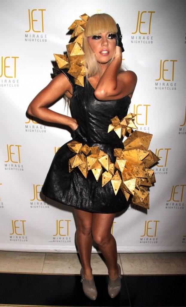 Look-de-Lady-Gaga-robe-accessoirisee-d-or-en-decembre-2008_portrait_w674.jpg