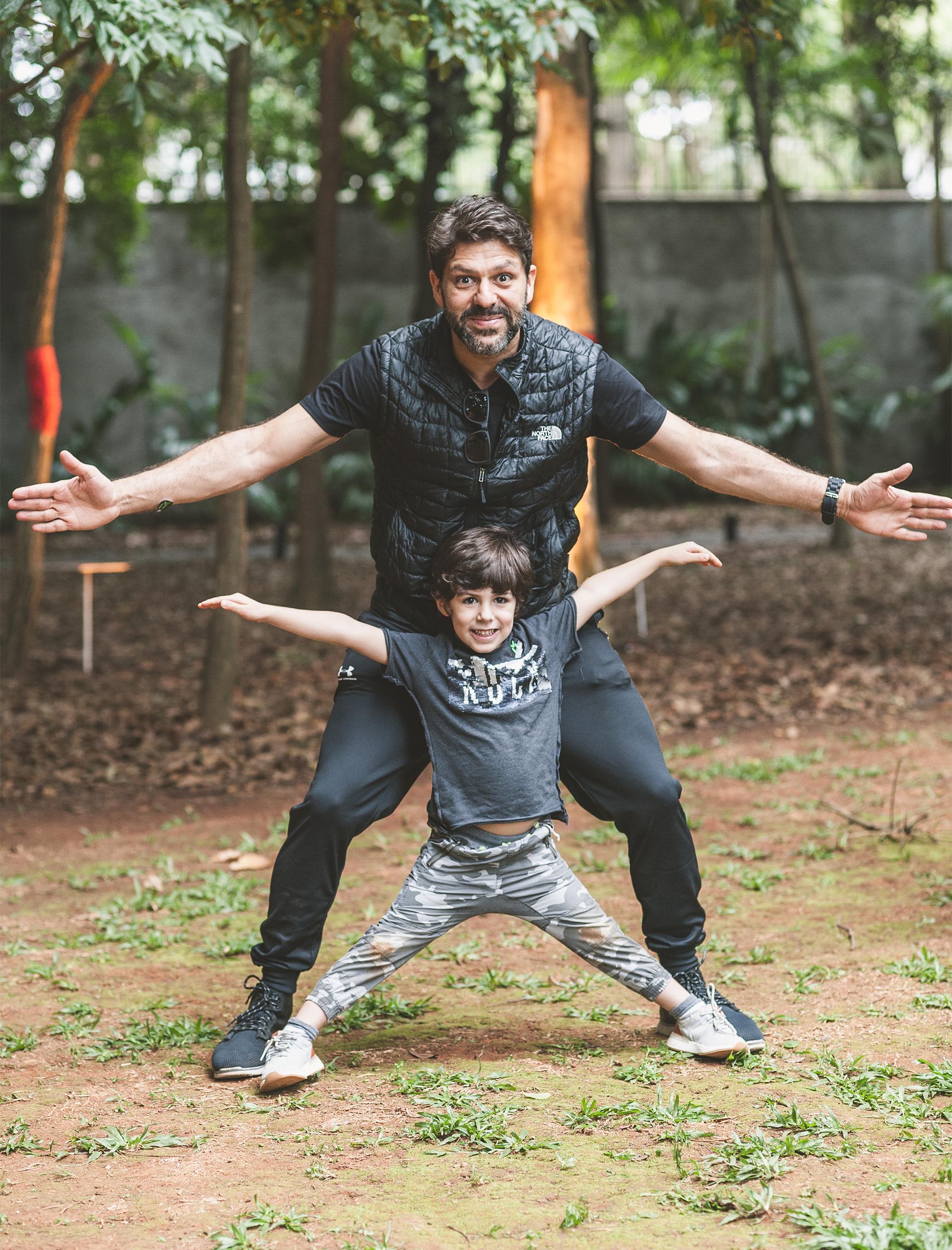 Guilherme Jahara entrou no clima da bagunça com o filho, Pedro Jahara, que não queria de jeito nenhum parar de brincar no parquinho Erê Lab.