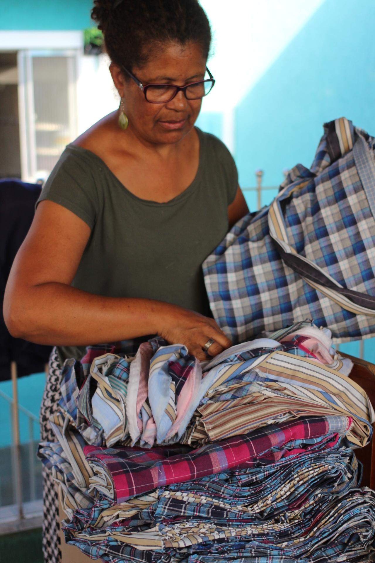 Cheia de apreço pela qualidade, Dona Lúcia lidera um dos grupos de economia solidária que receberam a missão de costurar cada uma das ecobags