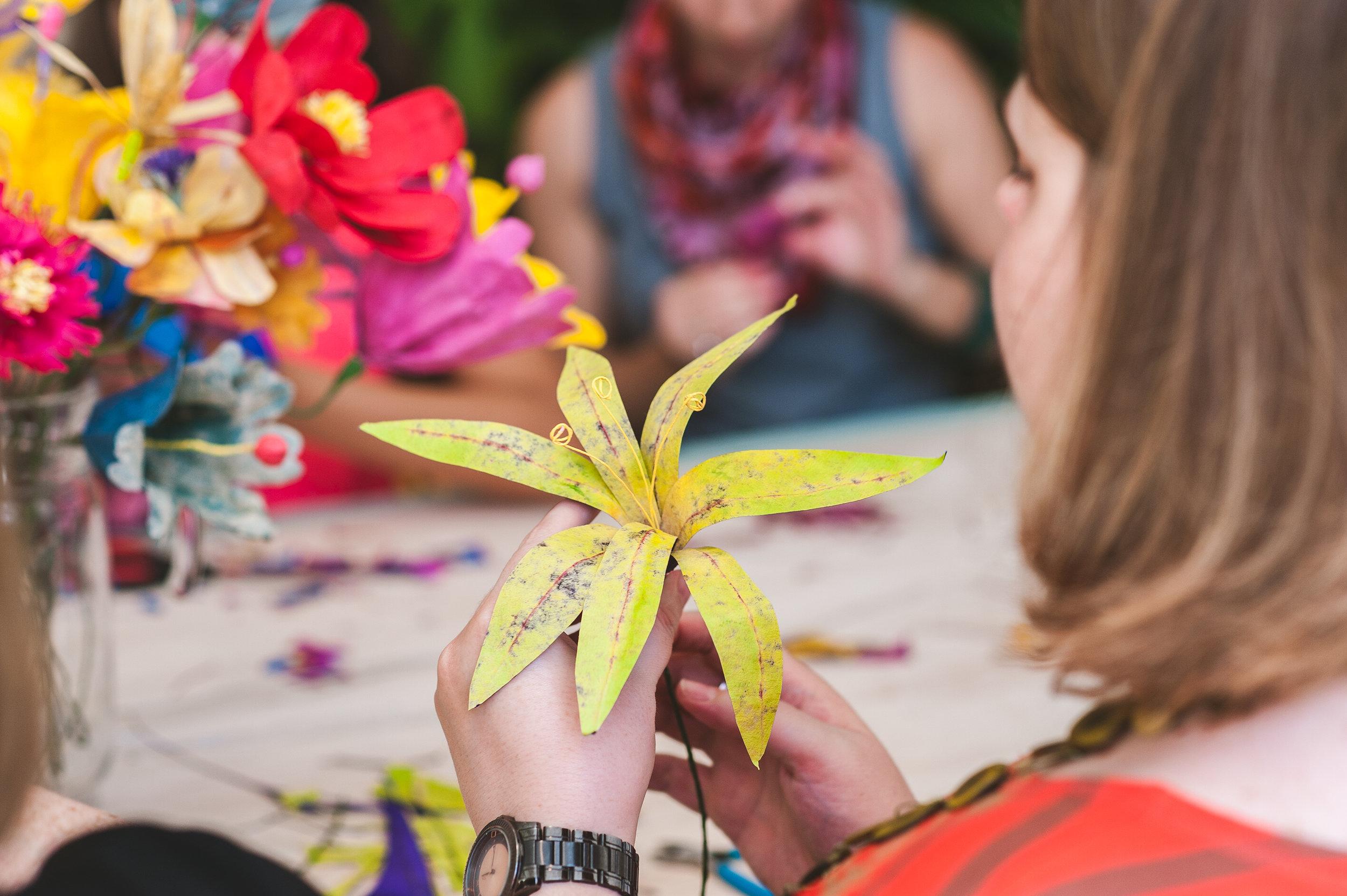 encantamento onírico - A artista plástica Juliana Bolini ofereceu uma oficina de flores de pasta carta - uma técnica que ela mesma desenvolveu, a partir do reuso de coadores de cafe de papel. Beleza sustentável - a gente ama e admira <3