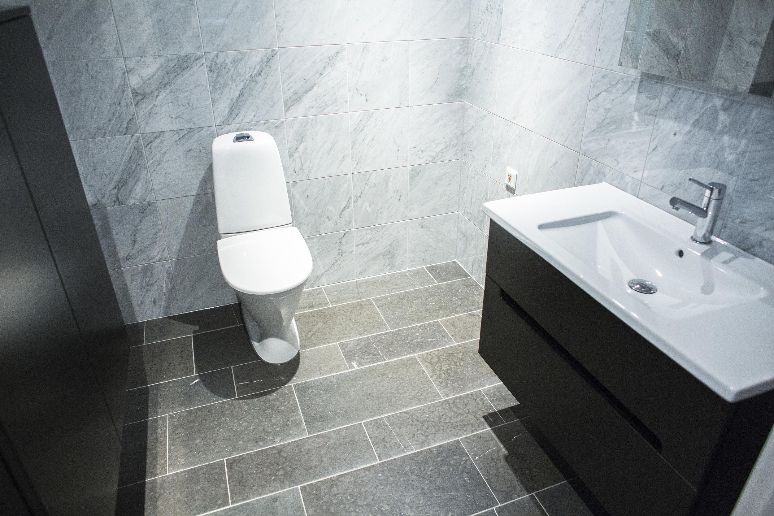 Golv: Rustik svart jämtland / Vägg: Carrara/CD Marmor ::: Floor: Rustic black Jämtland / Walls: Carrara/CD marble