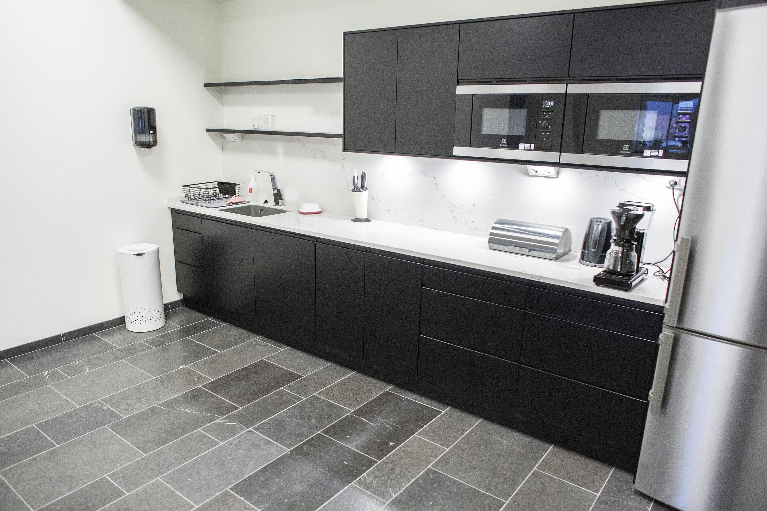 Golv: Rustik svart jämtland / Bänkskiva: Kompositsten ::: Floor: Rustic black Jämtland / Kitchen top: Composite stone