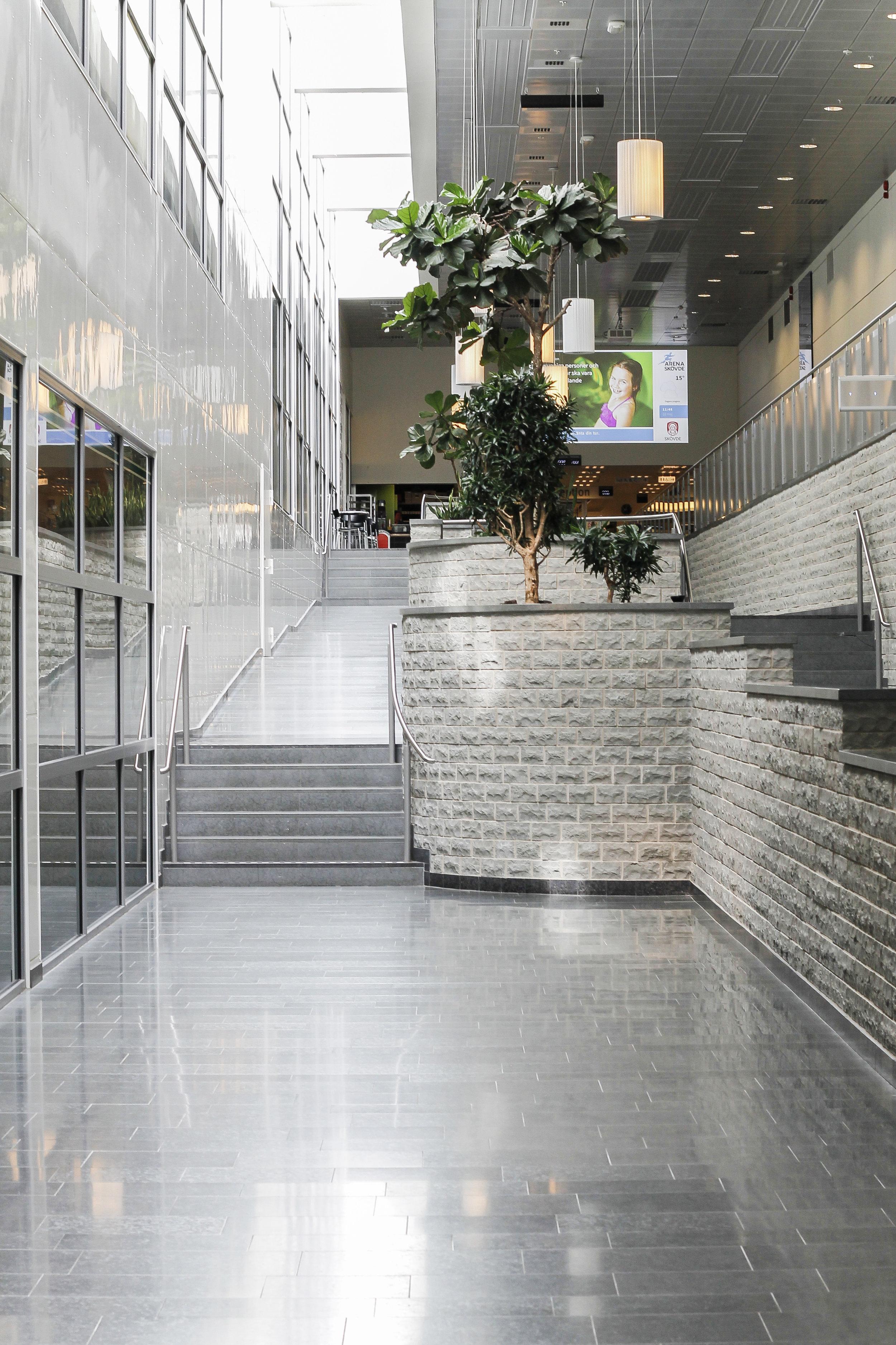 Golv: Grå slipad jämtland / Vägg: Huggen mursten ::: Floor: Grey honed Jämtland / Wall: Chopped brick