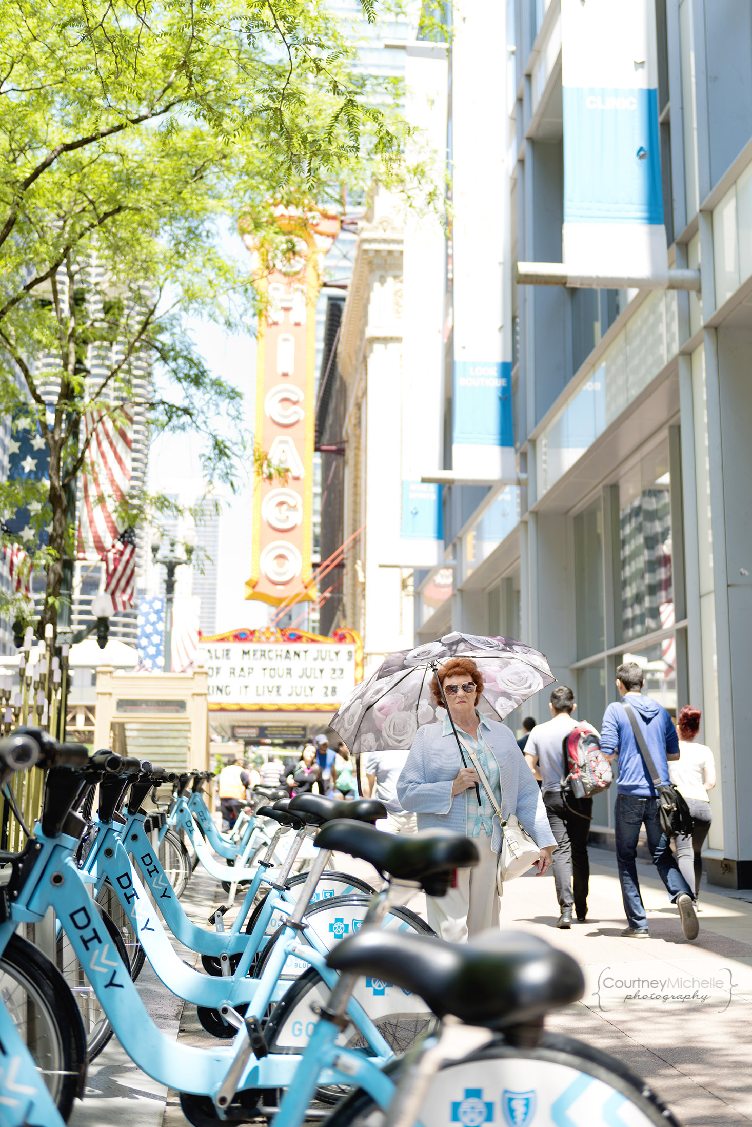 chicago_theatre_woman_walking_chicago_street_photography_courtney_laper_photography.jpg