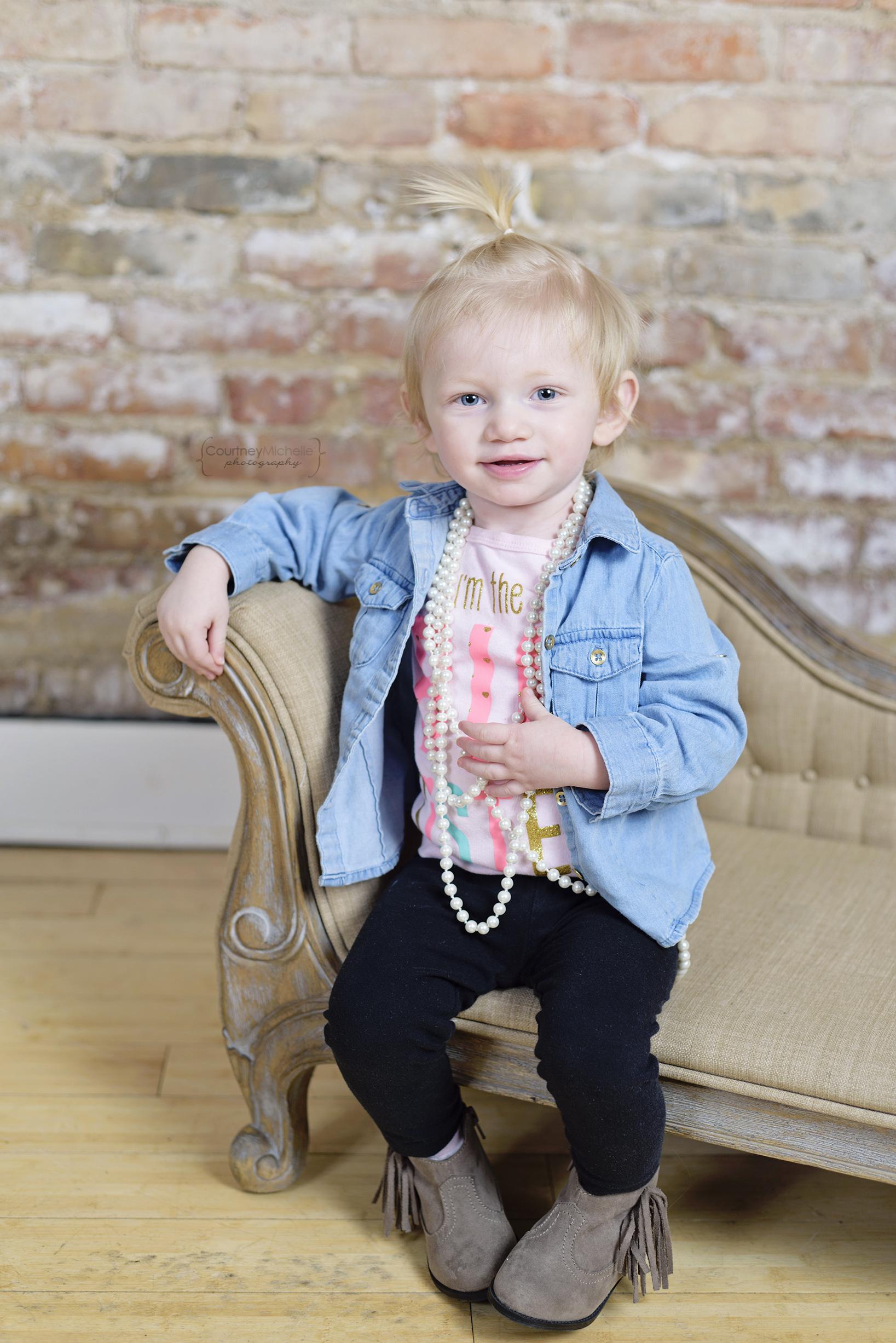 chicago-newborn-photographer-big-sister-on-couch©COPYRIGHTCMP-5065edit.jpg