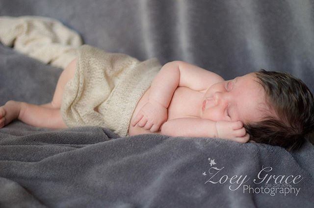Adorable little one 💙 . Book your newborn session today! Or give the gift of photography and book for a loved one, DM for rates or check out the website through the link ⬆️