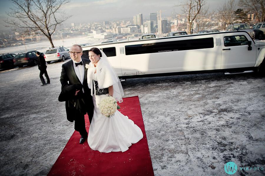 bryllup-ekebergrestauranten-oslo-limousine-brudepar-ekeberg-utsikt.jpg