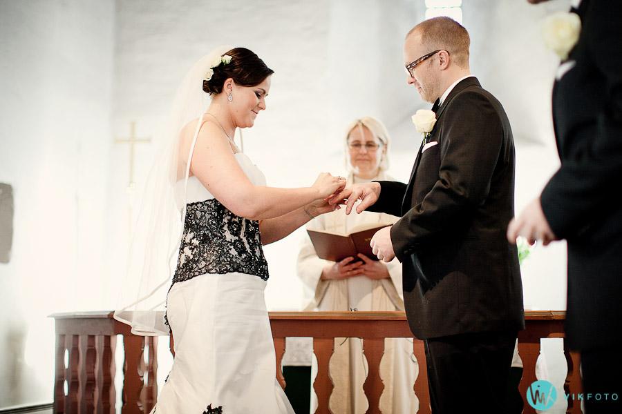 vielse-ringer-bryllup-seremoni-prest-kirke-fotograf.jpg