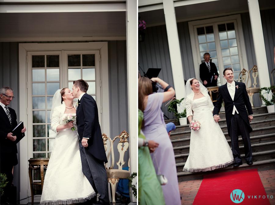 027-brudepar-nygift-seremoni-rød-løper-utendørs.jpg