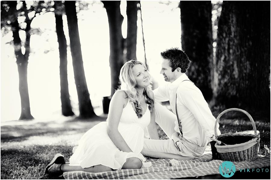 04-forlovelsesbilder-fotoshoot-picnic-sommer-parken.jpg