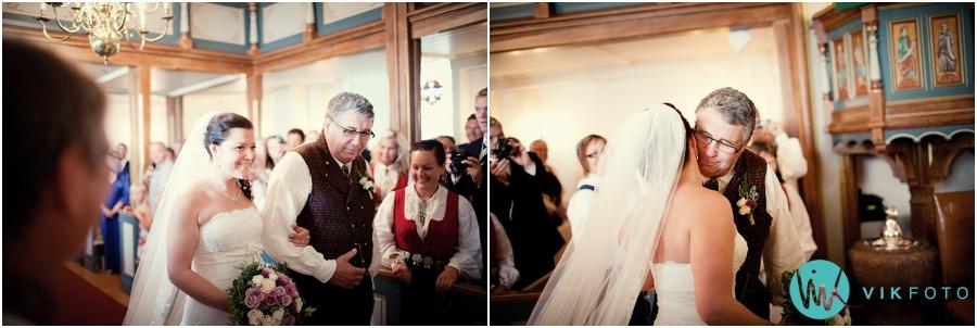 10-bryllupsfotograf-vielse-brud-brudens-far-kirkegulvet.jpg
