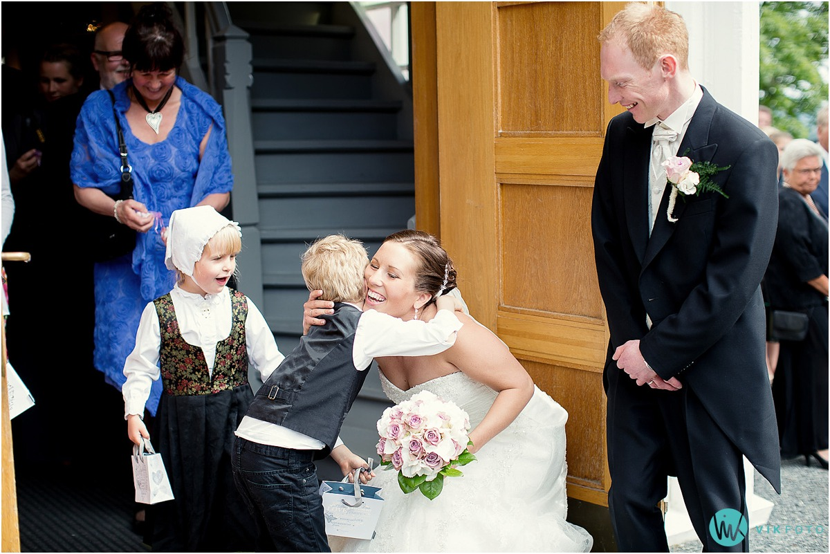 37-brudepar-kirketrappen-vielse-bryllup.jpg