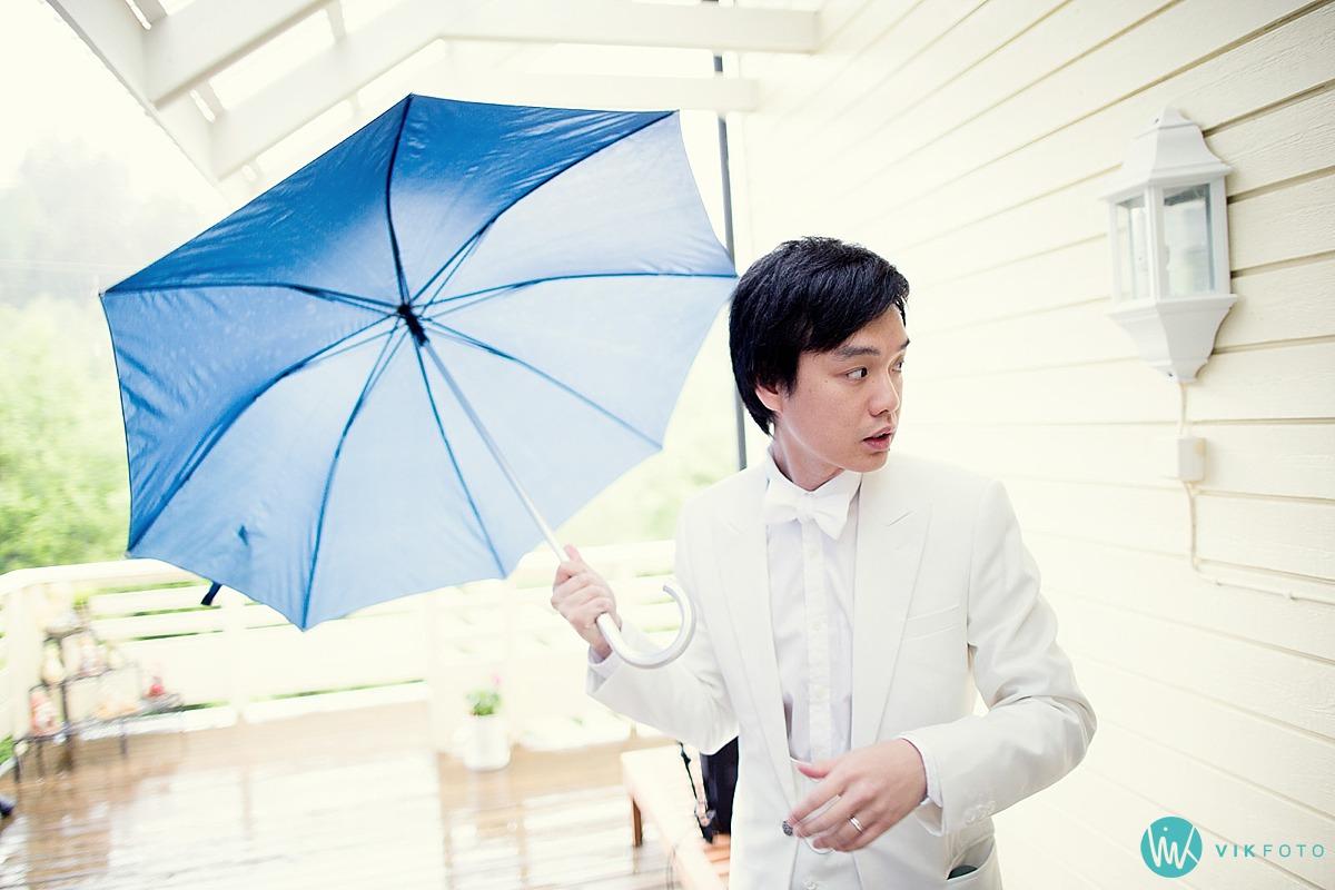 07-asiatisk-bryllup-regn-paraply-brudgom.jpg
