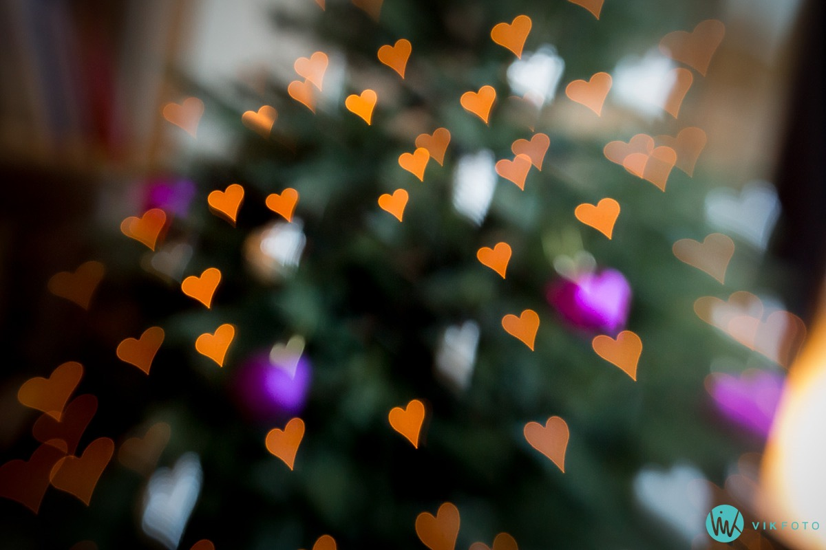 Juletrelys med hjerteformet bokeh, fotografert med LensBaby og hjerteformet blenderåpning.