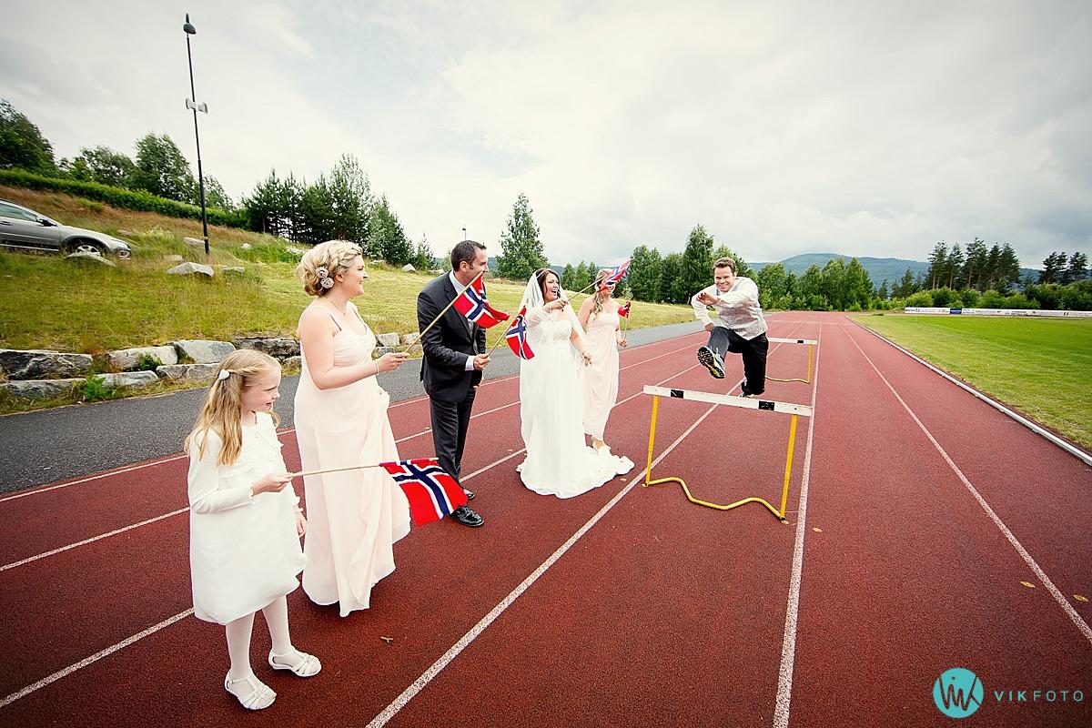 16-bryllupsbilde-friidrett-brudgom-hekkelp.jpg