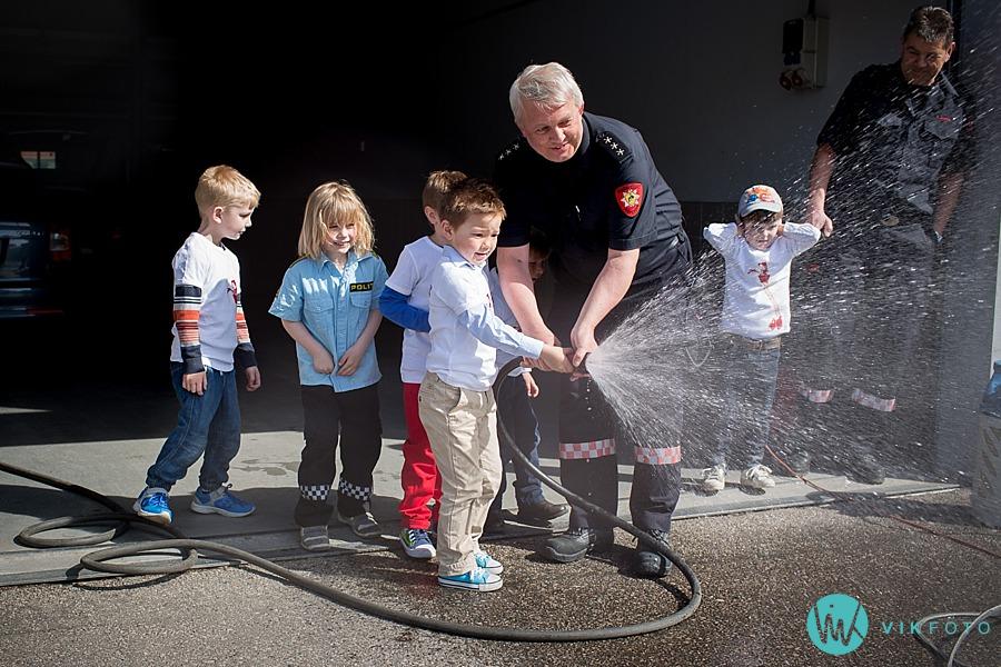 11-fotograf-sarpsborg-barnebursdag-brannmann-bursdag-brannstasjon.jpg