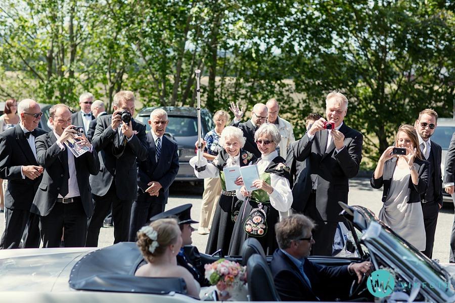 32-bryllup-gjester-kirke-vielse-veteranbil