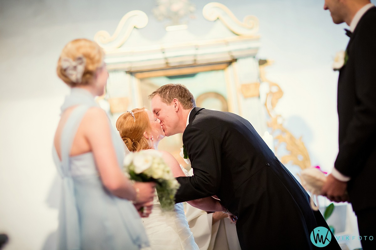 10-fotograf-bryllup-mysen-first-kiss