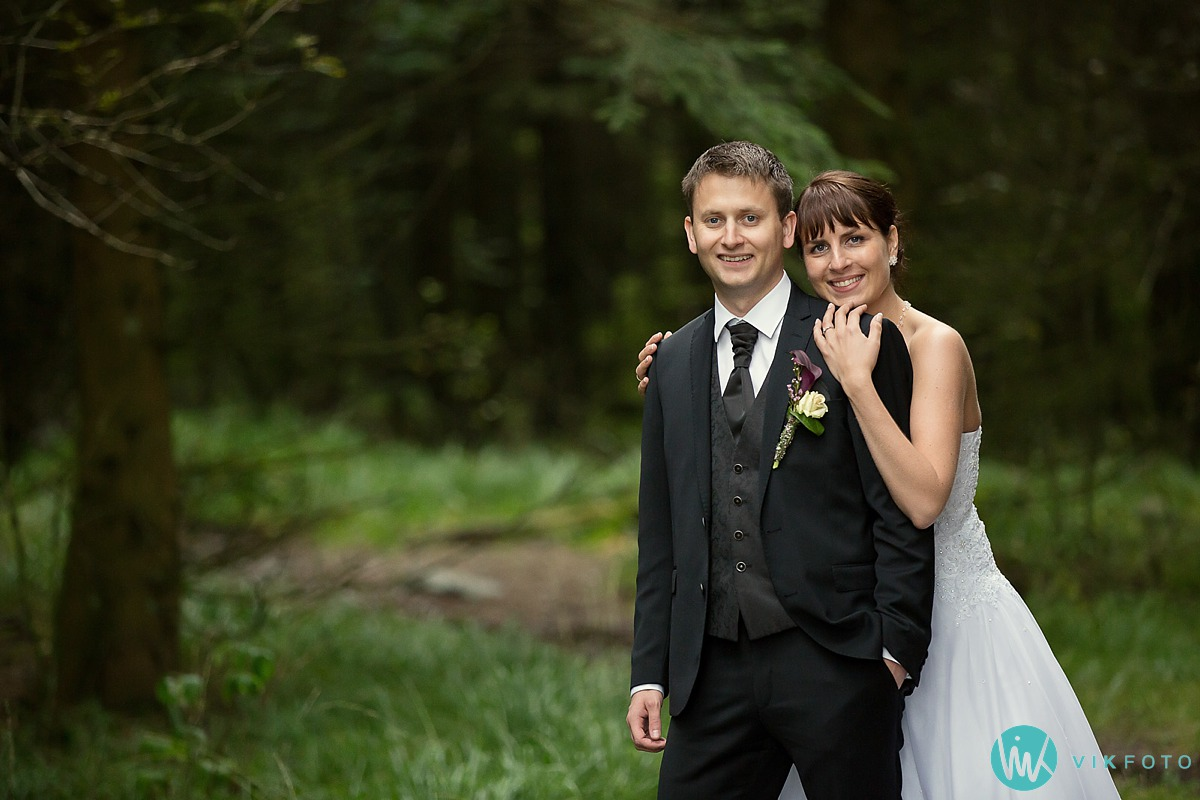 bryllup-brudepar-regn-skog.jpg