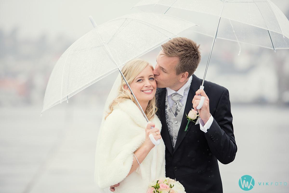 bryllup-regn-paraply-brudepar-bryllupsbilde.jpg
