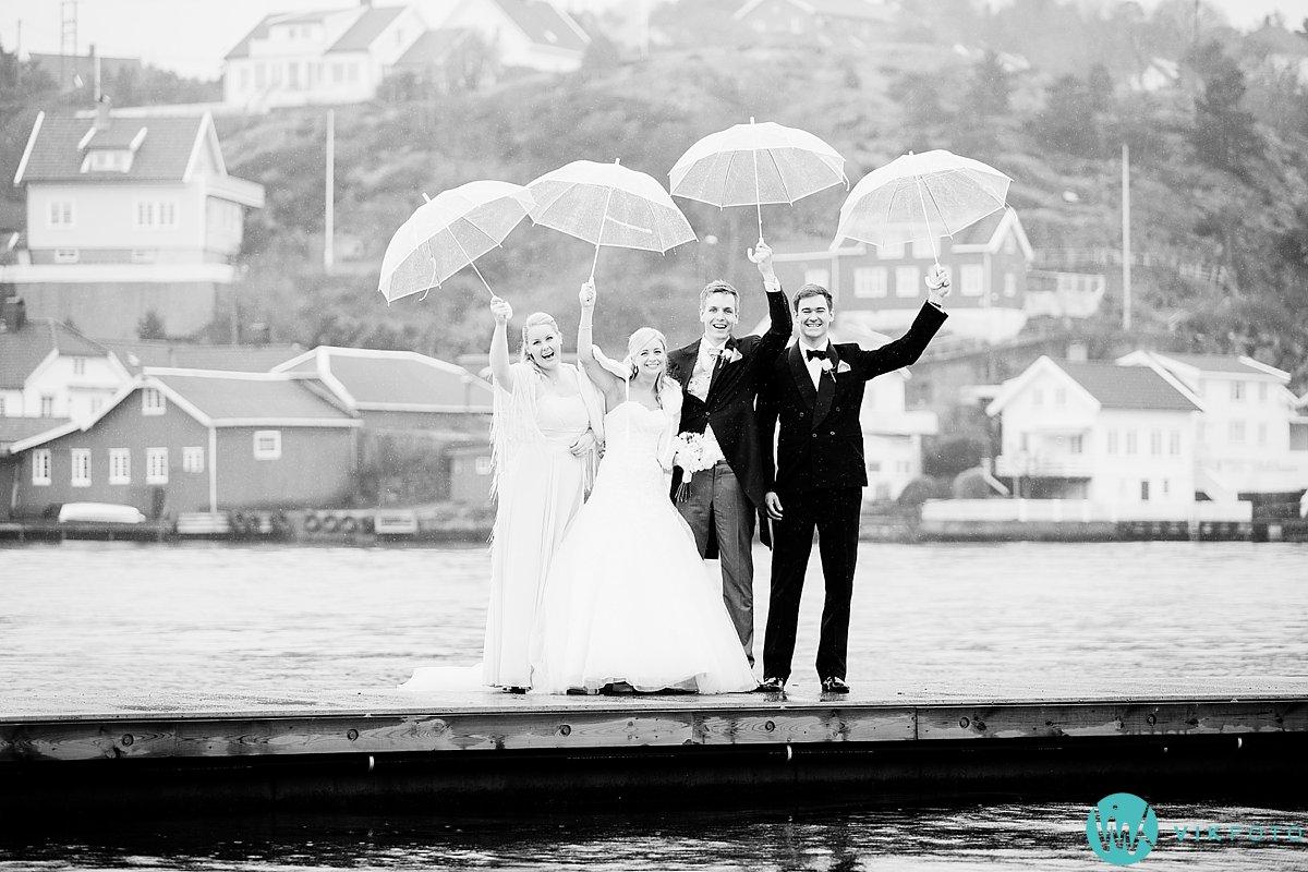 29-bryllupsbilde-brudepar-regn-paraply-støvler