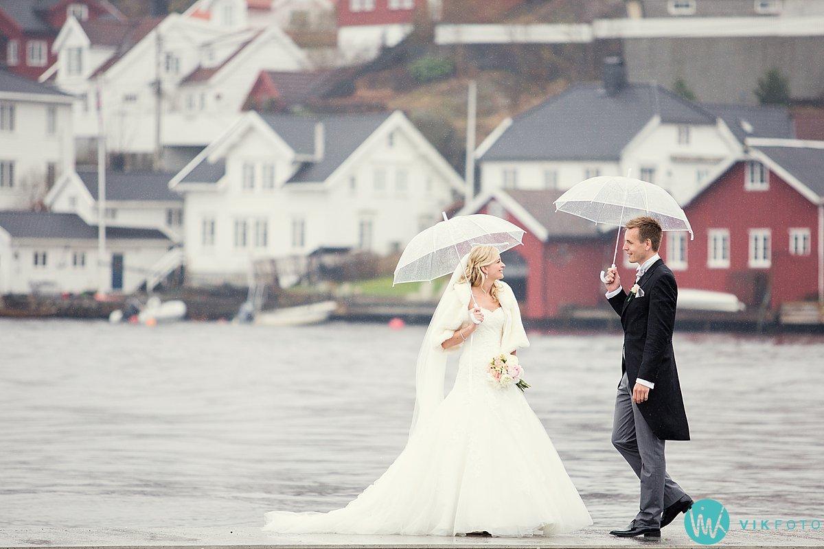 31-bryllupsbilde-brudepar-regn-paraply-støvler