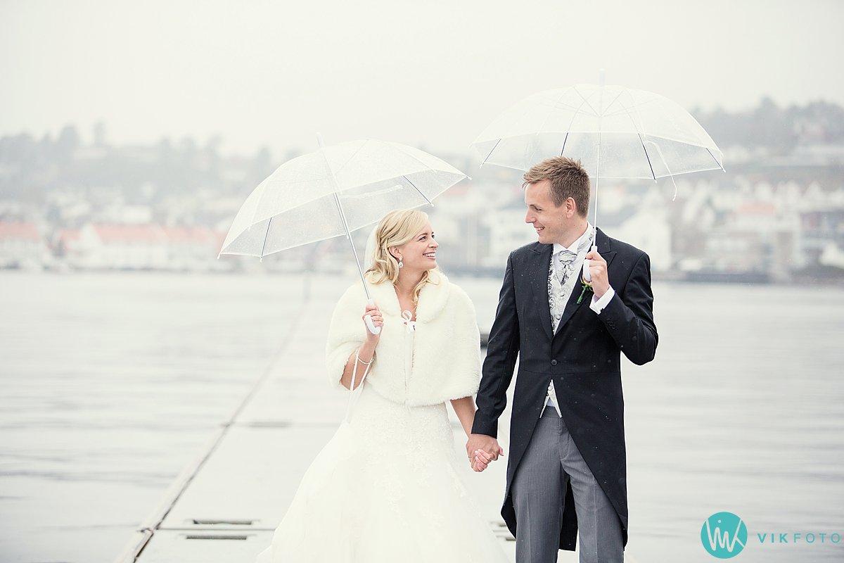 32-bryllupsbilde-brudepar-regn-paraply-støvler