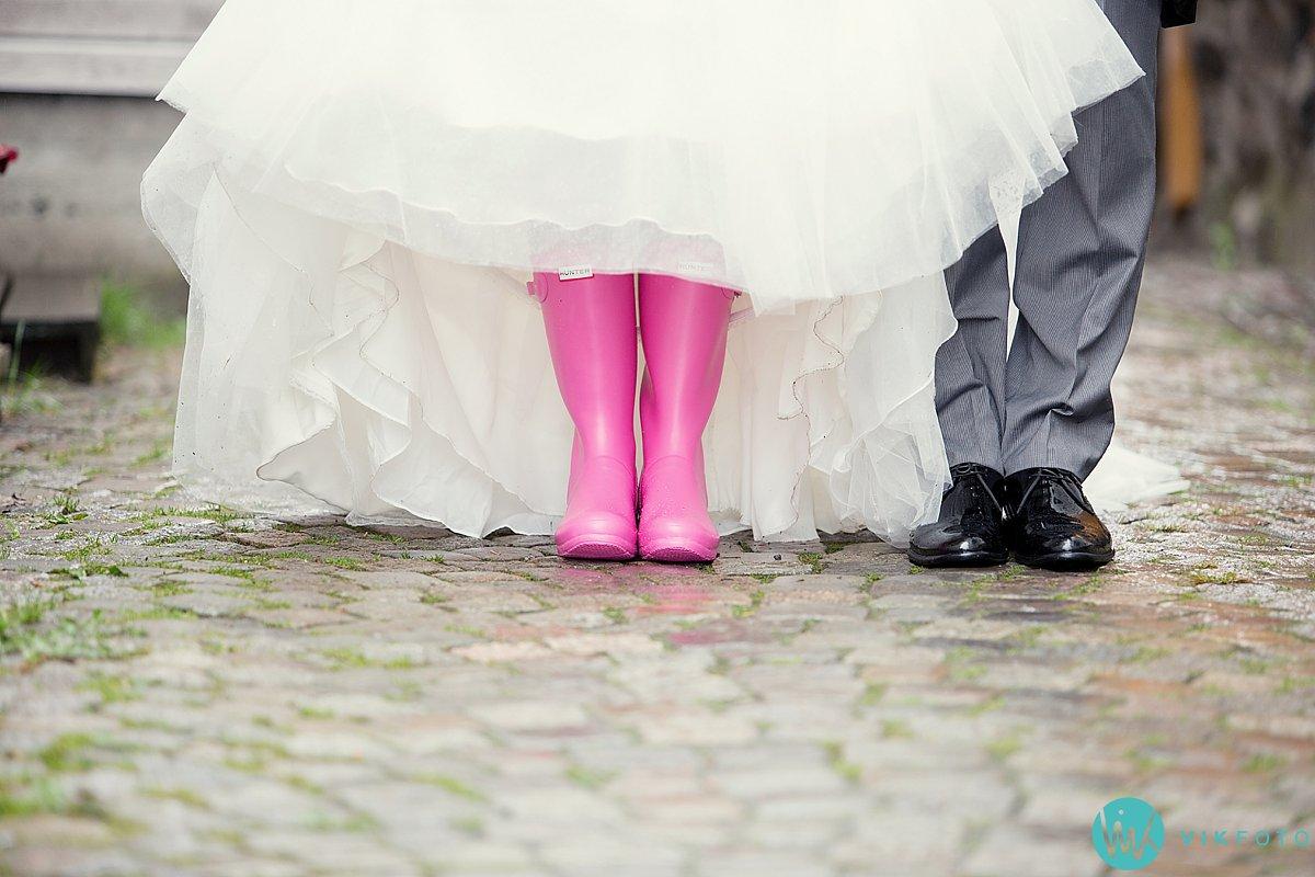 37-bryllupsbilde-brudepar-regn-paraply-støvler