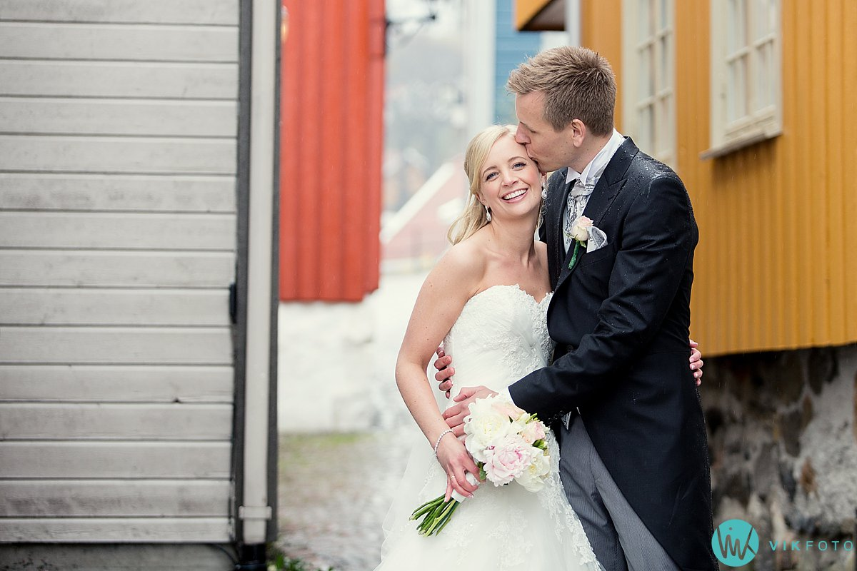 38-bryllupsbilde-brudepar-regn-paraply-støvler