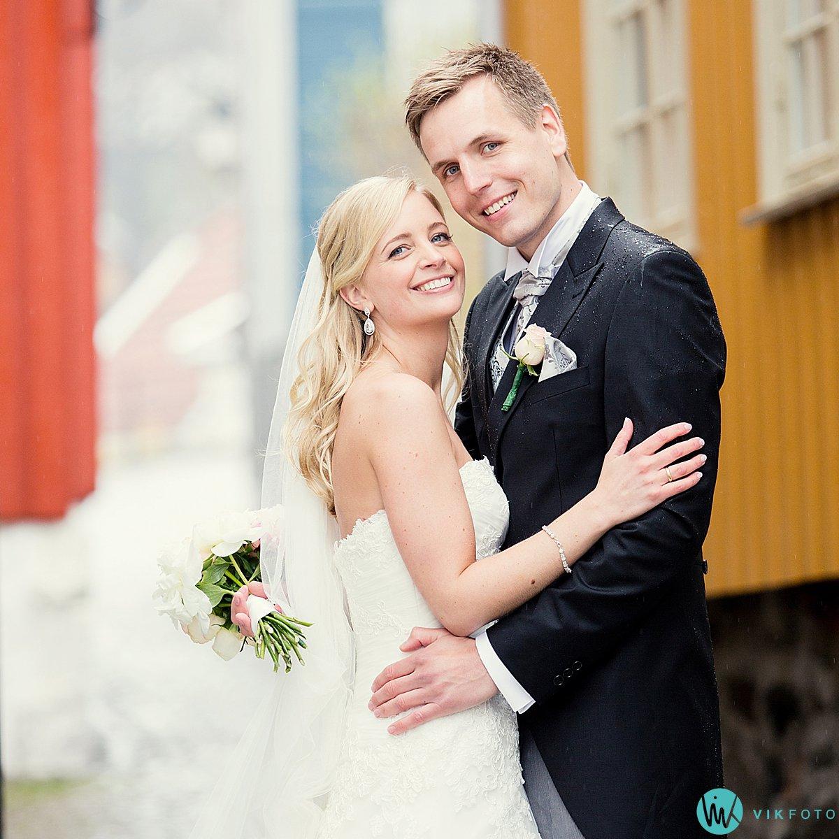 39-bryllupsbilde-brudepar-regn-paraply-støvler