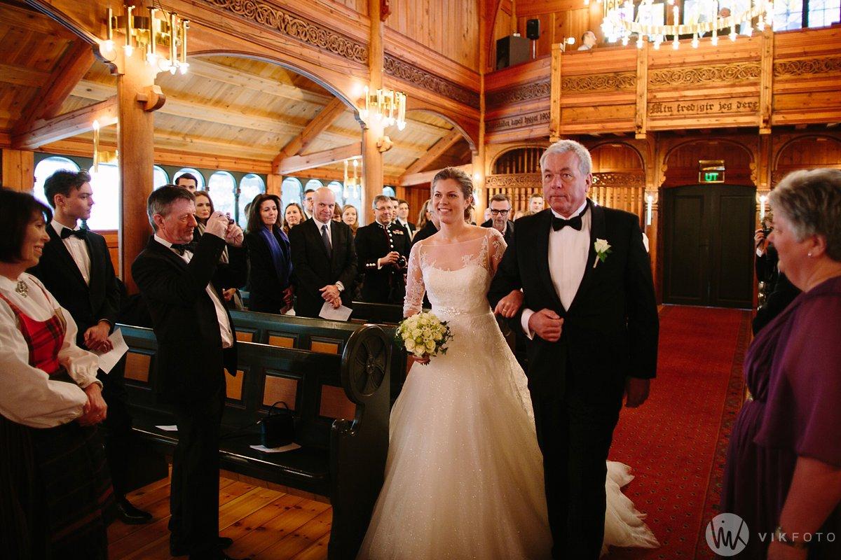 17-vinterbryllup-bryllup-holmenkollen-kapell-vielse-brudepar