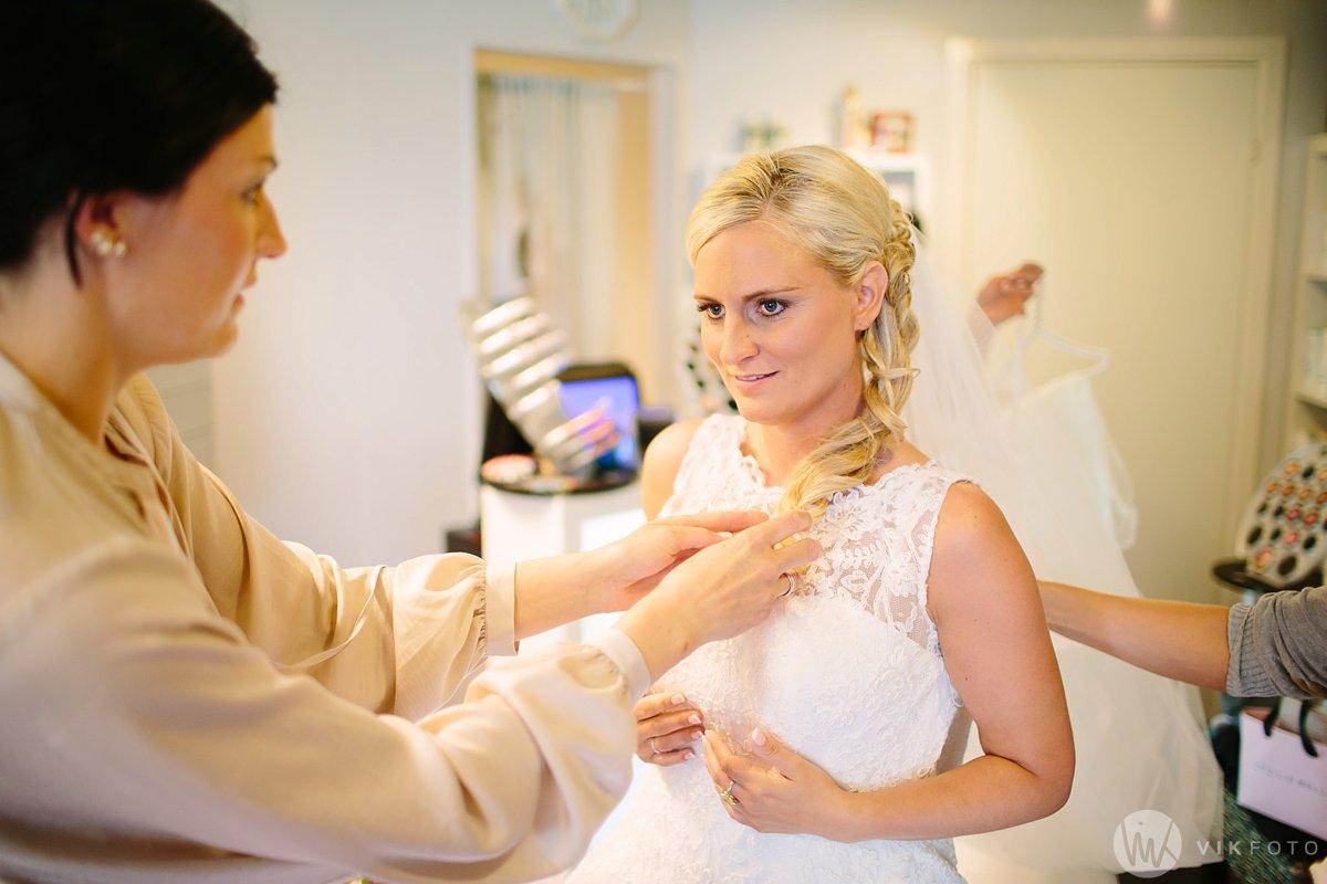 09-bryllup-fotograf-fredrikstad-brud-kace-hårpleie.jpg